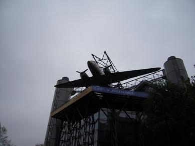 C-47 Raisinbomber Skytrain på taket av Tekniska Museet i Berlin