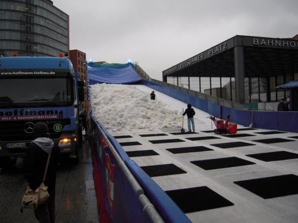 Skidbacken med snö vid Potsdamer Platz i Berlin