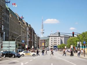 Vy över Jungfernstieg och TV-tornet i Hamburg